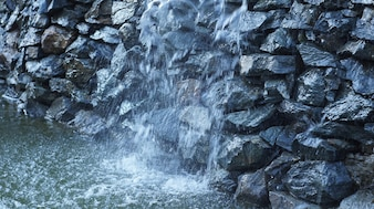 Brunnen als künstlicher Wasserfall fließt entlang der Steine des Felsens Nordkaukasischen.