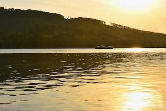 Brünner Damm Südmähren. Tschechische Republik Europa. Erholungsgebiet Unterhaltung und Sport. Schöne Landschaft mit Natur, klarem Wasser und Sonnenuntergang.