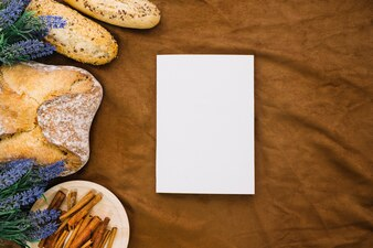 Buch Mockup mit Brot und Zimt