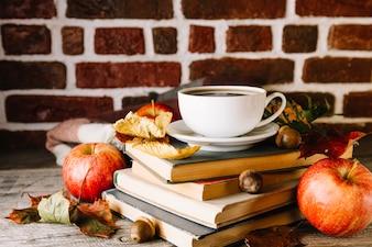 Bücher und Kaffee im Laub