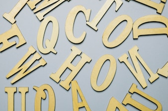 Buchstaben auf grauem Hintergrund