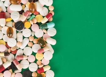 Bunte Kapseln und Pillen