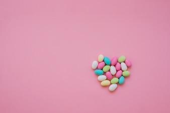 Buntes Herz aus Süßigkeiten gemacht