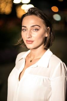 Business-Frau in der Abendstraße