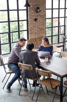 Business Team Arbeiten am Cafe Tisch