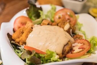 Cesar Salat mit gebratenem Huhn