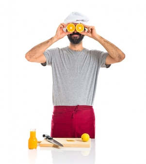 Chef mit Orangen wie Brille