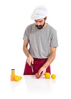 Chef schneidet einen Apfel