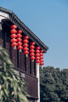 Chinesische alte Huizhou Architektur, hing mit roten Laternen