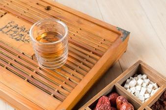 Chinesische Kräutermedizin mit einer Tasse Tee