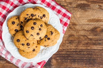 Chocolate Chip Cookie auf weißem Hintergrund