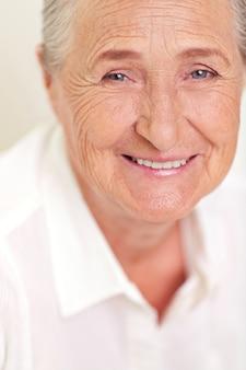Close-up der älteren Frau mit Falten im Gesicht