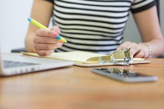 Close-up der Arbeitnehmer Hände schriftlich