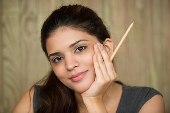 Close-up der lächelnden Studentin halten Bleistift
