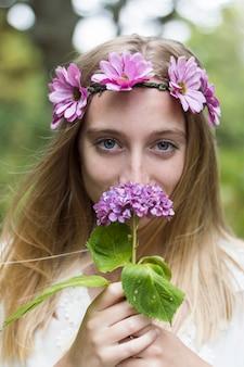 Close-up der Mädchen, das eine Blume riecht