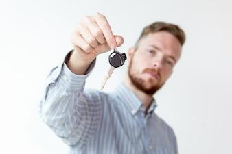 Close-up der Schlüssel in der Hand von ernsthaften Sales Manager