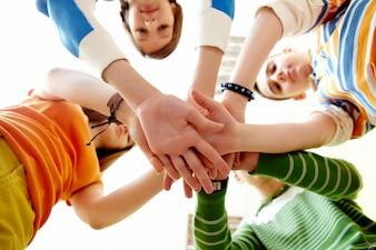 Close-up der Stapel von den Händen von Freunden