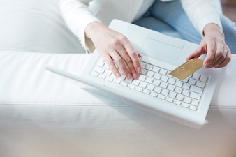 Close-up der weiblichen Hände Online-Zahlung