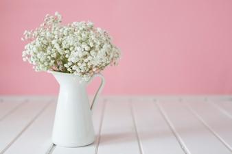 Close-up der weißen Vase mit Blumen
