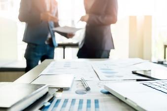 Close-up von Büro-Schreibtisch mit Business-Team discussting Arbeitsprojekt hinter sich.