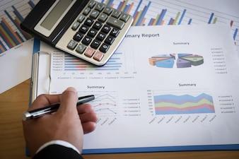 Close-up von Geschäftsmann Analysieren Diagramm im Büro