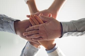 Close-up von gestapelten Händen von Business-Team