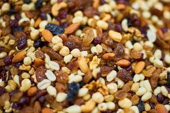 Close-up von getrockneten Früchten und Nüssen