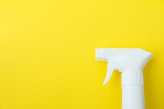 Closeup der weißen Sprühflasche auf gelbem Hintergrund Set viele Kopie Platz für Designer-Design-Konzept
