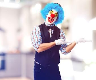 Clown zeigt auf der einen Seite