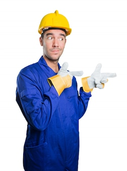 Cooler Arbeiter zeigt auf weißem Hintergrund