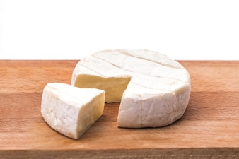 Cremige Brie auf rustikalen hölzernen Hintergrund, Draufsicht