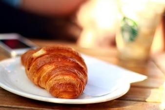 Croissant auf der Platte