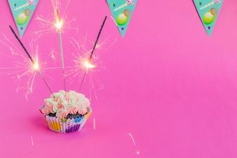 Cupcake mit Wunderkerzen und Fahnen