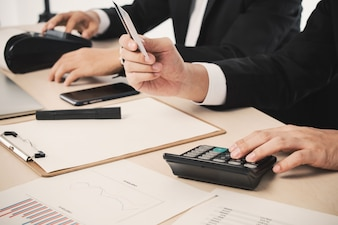 Daten smart Mann Finanzen Geschäftsmann