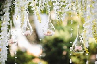 Dekoration für eine Hochzeit mit Kugeln mit Blumen im Inneren