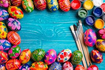 Dekorative Rahmen mit Ostereiern und Pinsel