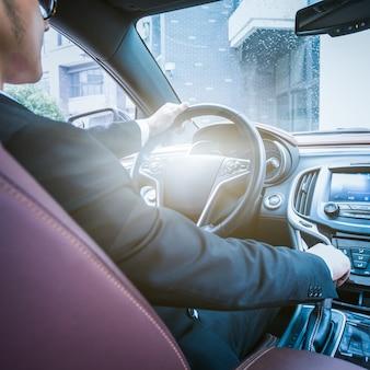 Der Geschäftsmann arbeitet im Auto