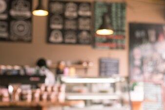 Der Hintergrund jedoch unscharf im Coffee-Shop-Hintergrund mit Bokeh.