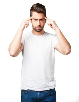Der Mann mit den Zeigefingern an den Schläfen