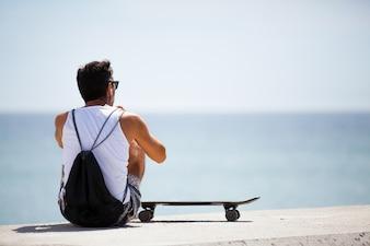 Der Mann mit einem Skate