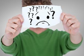 Der Mann mit einem Stück Papier mit Fragezeichen