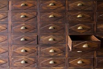 Die alte Holzschublade mit Metallgriff