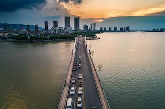 Die Brücke mit der Stadt