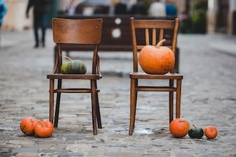 Die Melonen stehen auf dem Stuhl