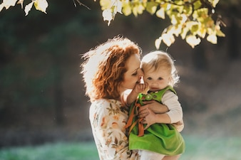Die Mutter umarmte ihre Tochter