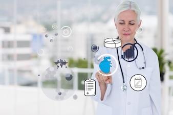 Doktor, der eine virtuelle Anwendung