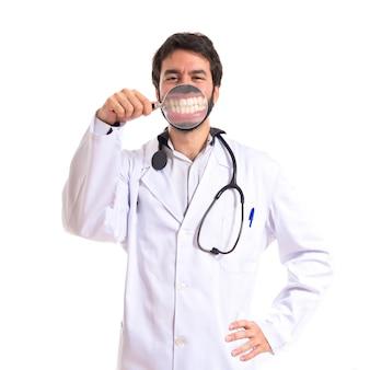 Doktor mit Lupe auf weißem Hintergrund