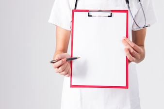 Doktor zeigt leere Zwischenablage mit Stift auf einem weißen Hintergrund isoliert.