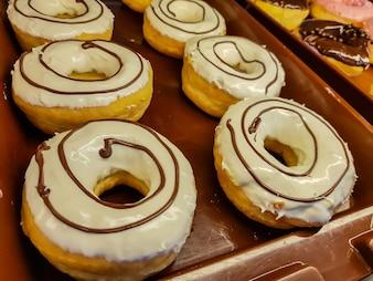 Donut mit Schokolade und Erdnuss.