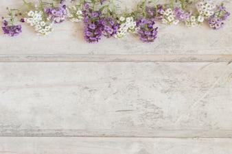 Draufsicht auf beschädigte Bretter mit Blumen und Platz für Nachrichten